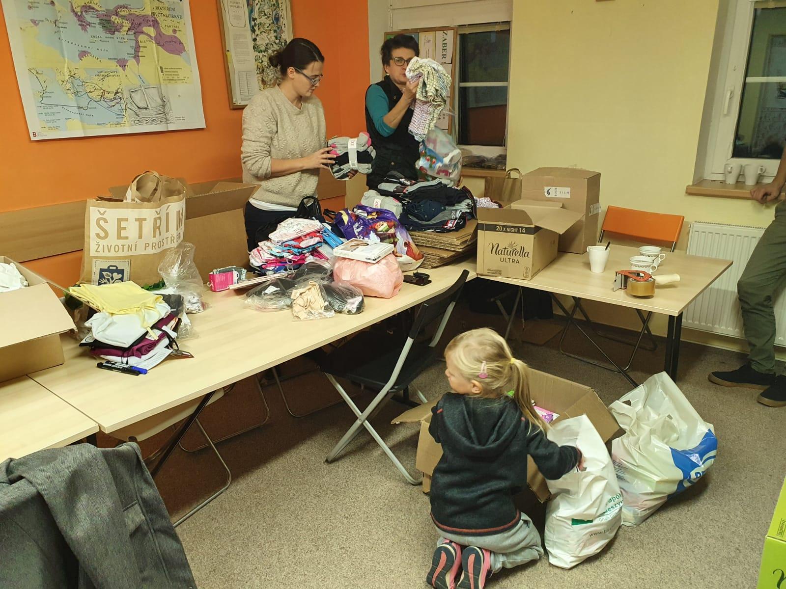 Foto z balení humanitární pomoci